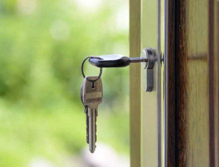Llaves en la cerradura de la puerta principal