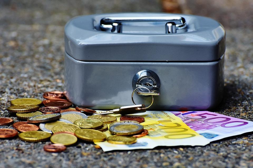 Caja de ahorro con dinero afuera