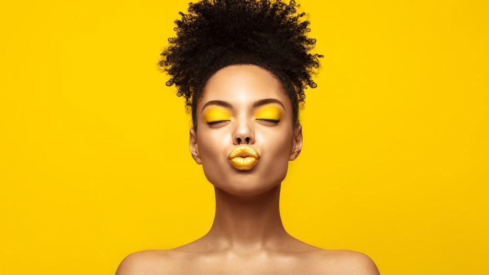 Modelo de color con maquillaje amarillo