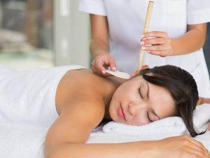 Mujer recibiendo masaje de oido