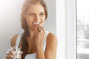 Mujer tomando vitaminas