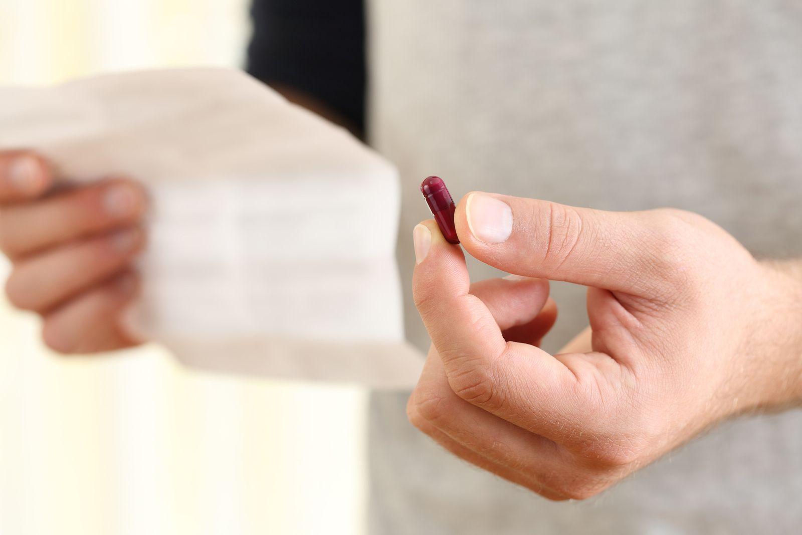 Hombre leyendo instrucciones para tomar dinitrato de isosorbida aurax