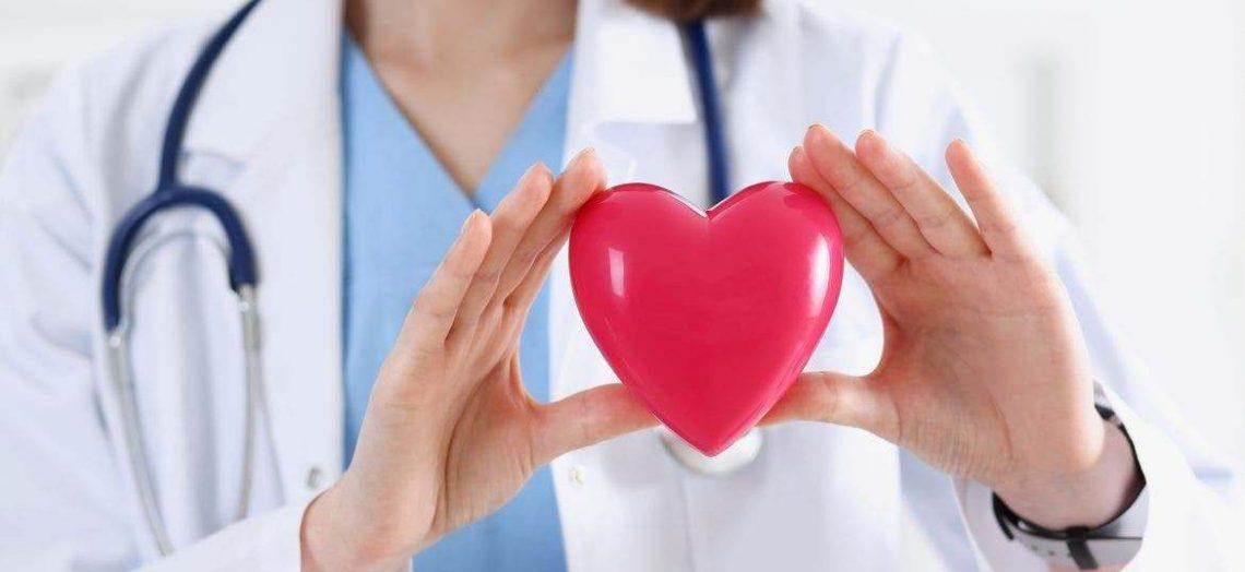 enfermera mostrando un corazón saludable