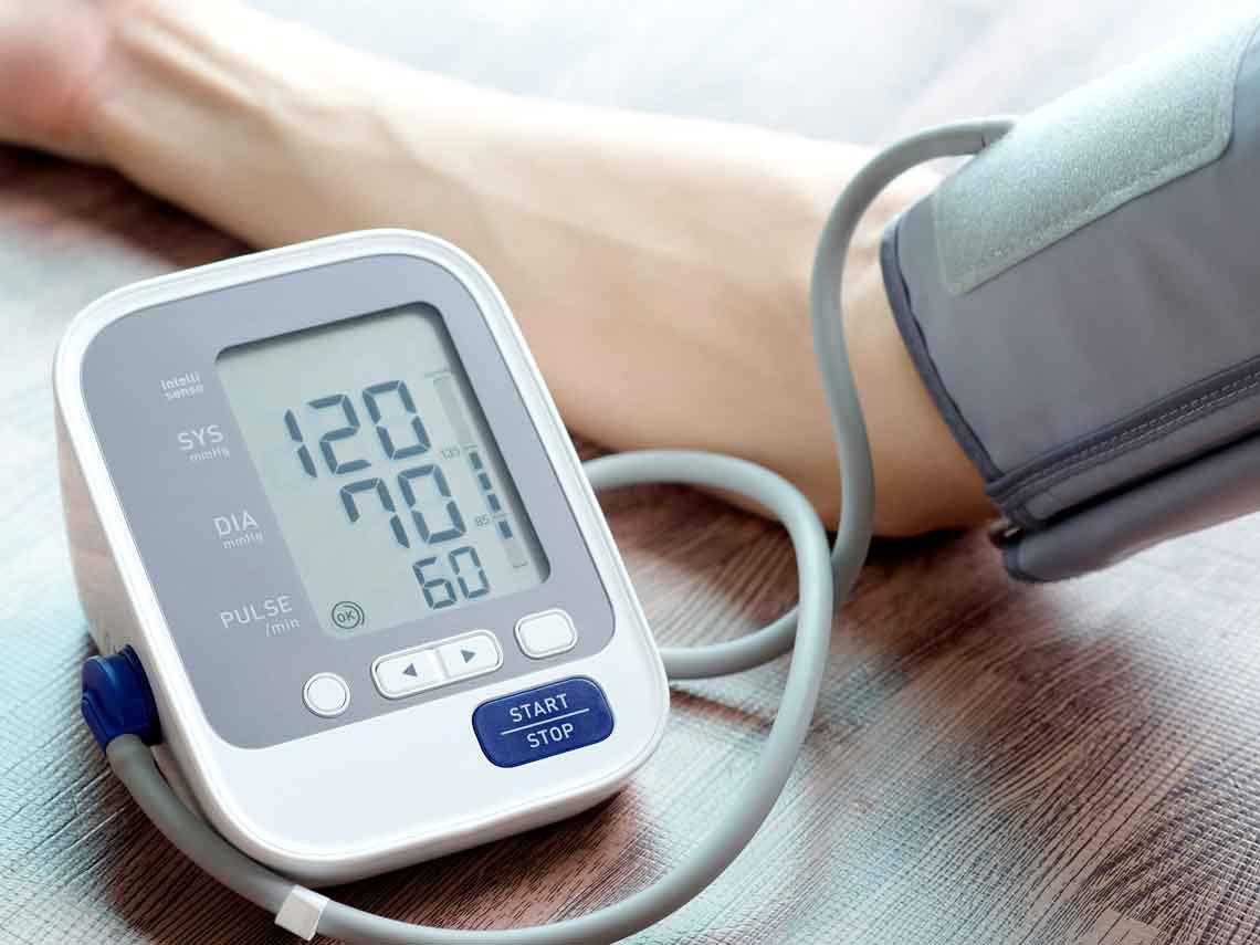 hombre midiendo su presión arterial