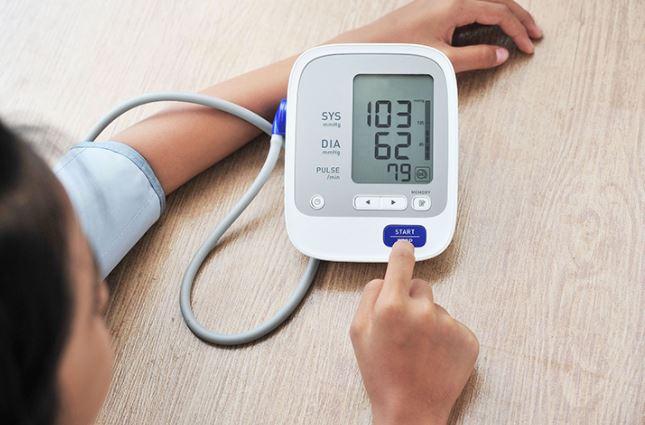 Mujer tomando su presión arterial