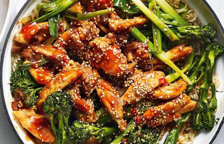 Arroz con pollo a la Sriracha y verduras asadas